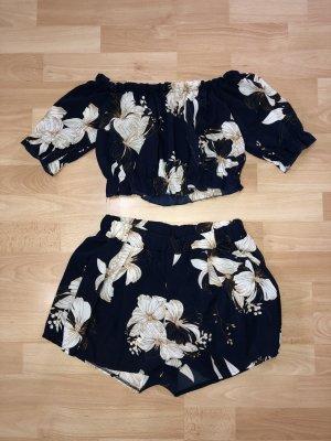 Schulterfreies Top mit Blumenmuster und Shorts