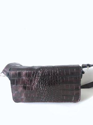 Schultertasche aus Kroko-geprägtem Leder in bordeauxmetallic