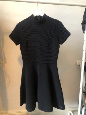 Schwarz geripptes Kleid