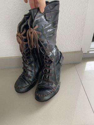 Schwarz-graue Stiefel mit braunen Nähten