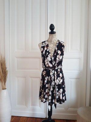 schwarz-weiß gemustertes Kleid