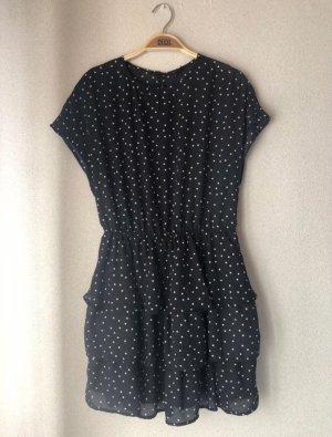 Schwarz/weiß gepunktetes Kleid