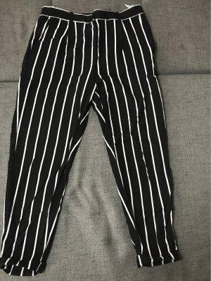 Schwarz-Weiß gestreifte Hose