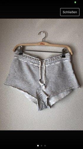Schwarz/weiß gestreifte kurze Hose