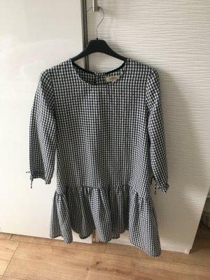 Schwarz-weiß kariertes Kleid.