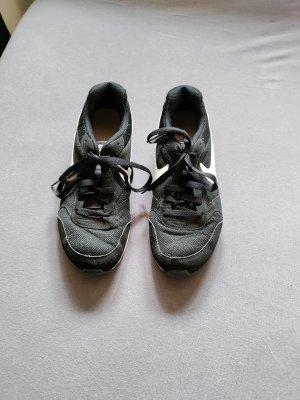 schwarz weiße Nike Schuhe