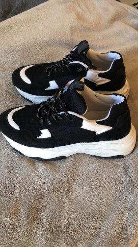 Schwarz weiße Trainer Sneaker