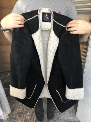 Schwarz weißer Mantel