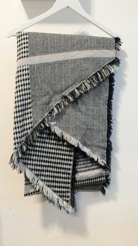 Schwarz-weißer Schal