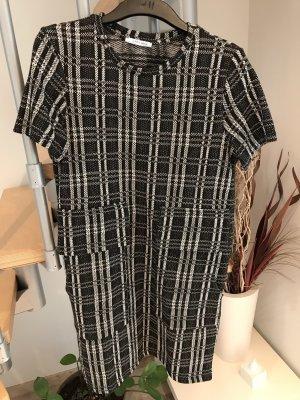 Schwarz weißes Kleid mit großen Aufsetztaschen