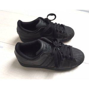 Schwarze adidas Superstar Sneaker so gut wie NEU!