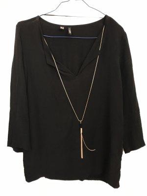 Schwarze Bluse mit Goldkette von Mango