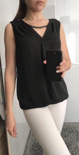 Schwarze Bluse mit Kette