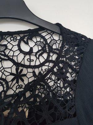 schwarze Bluse mit Spitzeneinsätzen
