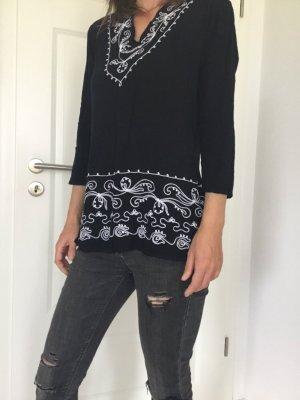 Schwarze Bluse mit weißer Stickerei