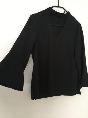 Schwarze Bluse mit weiten Ärmeln und schwarzem Hals-betonenden Band
