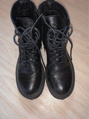 Schwarze Boots in crocostil