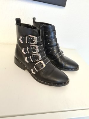 schwarze Boots mit silbernen Details