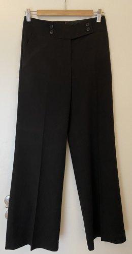 Schwarze Bundfaltenhose mit leichtem Streifen
