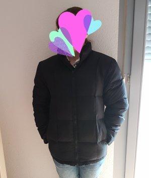Schwarze Daunenjacke