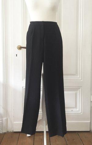 Schwarze elegante Businesshose / Bundfaltenhosen mit leichtem Schlag  und dezenten Taschen