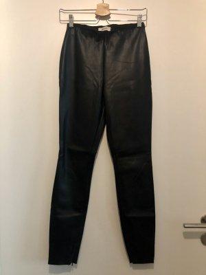 Schwarze enge Kunstleder-Hose