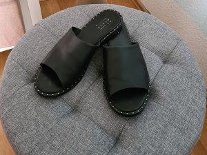 schwarze, flache Ledersandalen mit Nietenbesatz von Another A
