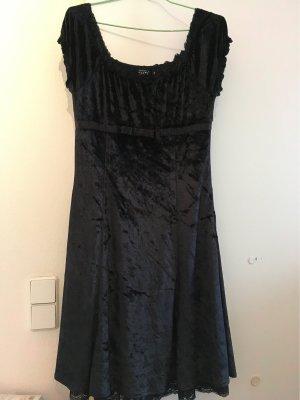 Schwarze flaumige Kleider