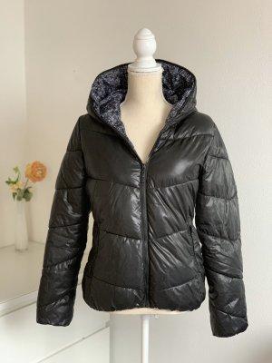 Schwarze gefütterte Winter-Jacke