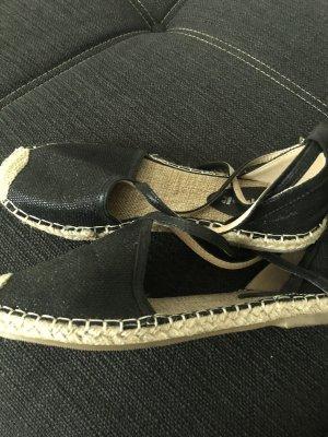 Schwarze geschlossene Sandalen