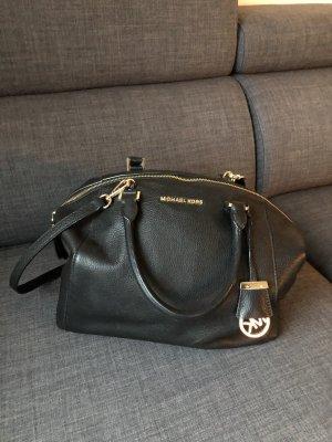 schwarze Handtasche von Michael Kors mit goldener Hardware