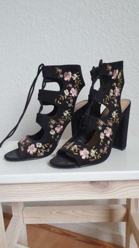 Schwarze Heels mit Schnürungen und Blumenstickerei
