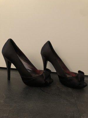 Schwarze High Heels mit Schleife
