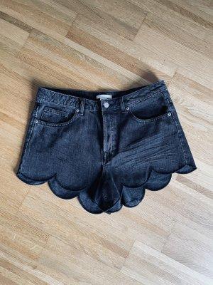 schwarze High Waist-Jeansshorts mit Wellensaum