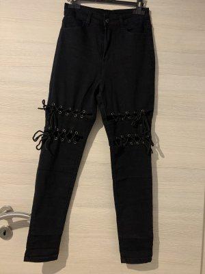 Schwarze Hose mit Bändern
