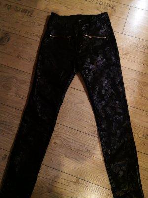 Schwarze Hose mit besonderen Steyle