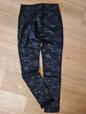 schwarze Hose mit Camouflagemuster