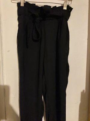 Schwarze Hose mit Gürtel