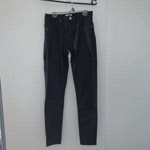 Schwarze Hose mit Löchern