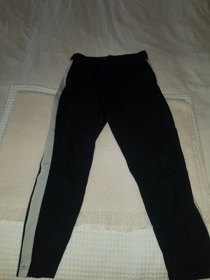 Schwarze Hose mit weißem Detail am Bein