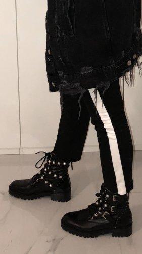 Schwarze Hose mit weißem Streifen