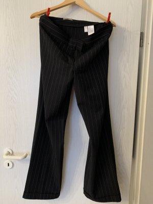 Schwarze Hose mit weißen Streifen!