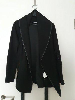 Schwarze Jacke mit Bindegürtel