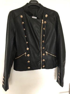 Schwarze Jacke mit Goldknöpfen