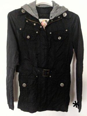 Schwarze Jacke mit grauer Kapuze von s.Oliver