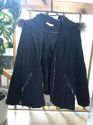 Schwarze Jacke mit Kapuze
