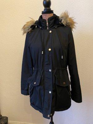 Schwarze Jacke mit Kapuze und goldenem Reißverschluss