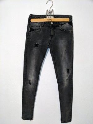 Schwarze Jeans im destroyed Style