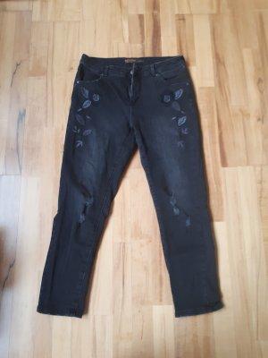 schwarze Jeans mit Blumenstickerei