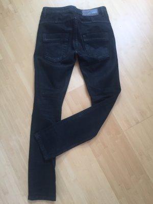 Schwarze Jeans mit grünem Stiching